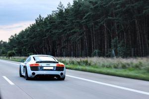 sportwagen auf autobahn